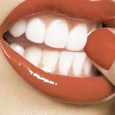 Чистка зубов водой